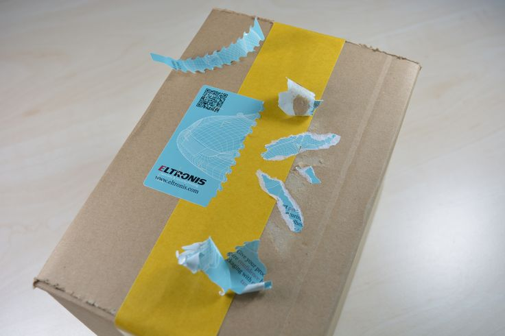 It serves to indicate initial opening and show irreversible manipulation of the packaging.