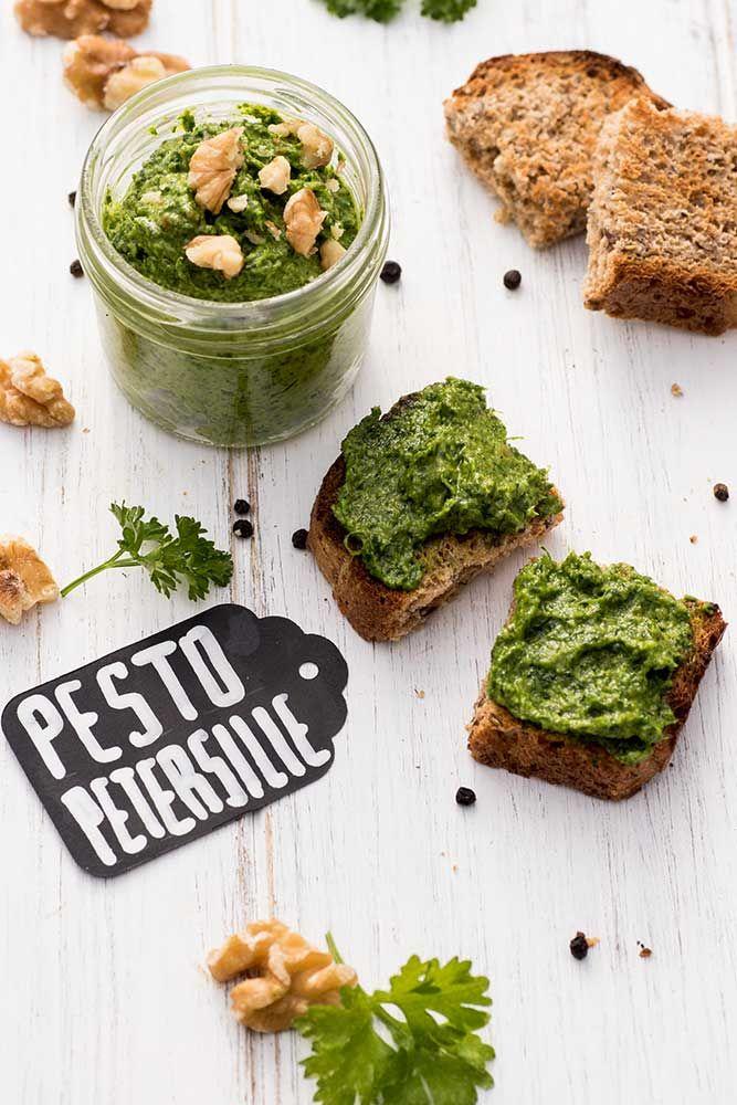 Magst Du auch grünes und frisches Pesto? Auf Foodlikers findest Du ein tolles Rezept für ein unwahrscheinlich leckeres Pesto mit Petersilie und Walnüssen.
