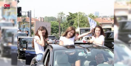 """Liselilerden korkutan kutlama: İstanbul Beşiktaş'ta özel bir lisenin öğrencileri, mezuniyetlerini lüks araç konvoyu eşliğinde kutladı. Araçların camlarına çıkarak sahil yolunda tur atan gençlerin, hem çevreye torpil attı hem de """"drift"""" yaparak trafiği tehlikeye düşürdükleri anlar kameralara saniye saniye yansıdı. Canlarını hiçe sayan gençler trafik polislerinin uyarılarına da aldırış etmeden tehlikeli kutlamalarına devam etti."""