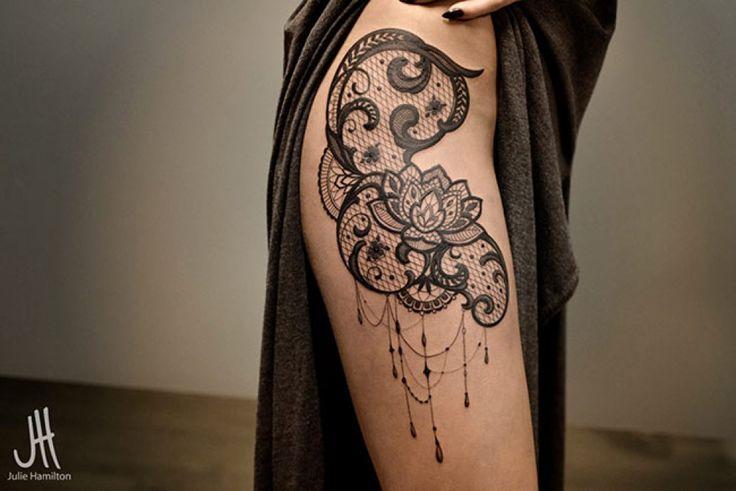 tatouage dentelle sur hanche et cuisse femme