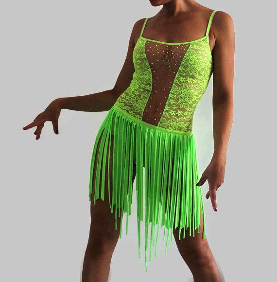 Ce costume vert fluo sera visible de loin et ne reste pas inaperçu Polyester de haute qualité et des tissus extensibles spandex offrent un confort optimal pour votre peau. Cette robe de bal est la pièce essentielle au spectacle de danse salsa et danse latine. Néon vert dentelle top KALEMYA koyu vert culotte cousu vers le haut Vert fluorescent de koyu du fait main kalemya jupe frange. Peut être raccourci à votre goût. Orné de strass SS16 Topaz DMC, montants verts fluorescents Taille…