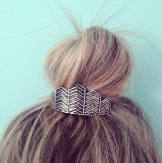 Add a tough of detail to your bun with this Kitsch Chevron Bun Pin. Simply put your hair up into a top knot and place a Kitsch Bun Pin in front for the perfect finishing touch! Please allow 12 days for shipping.
