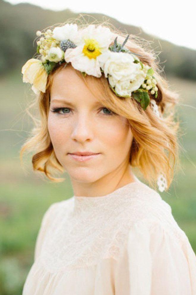 Coiffure de mariée sur des cheveux au carré : Quoi de plus romantique qu'une couronne de fleurs pour sa coiffure de mariage ?