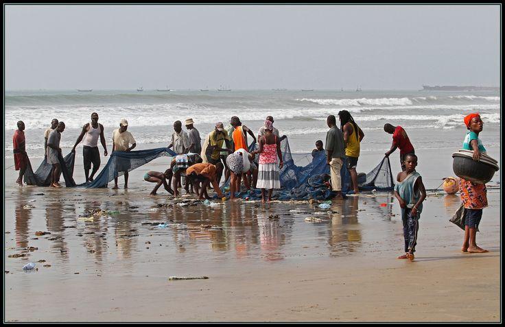 Heel veel net, heel veel mensen, heel veel werk, heel veel rotzooi en weinig vis. Dat is kort opgesomd wat we zagen toen we vanuit ons hotel in Accra een klein stukje over het strand gingen lopen. Het was nog vroeg in de morgen en de vissersboot lag o... - Accra, Ghana   Columbus Travel