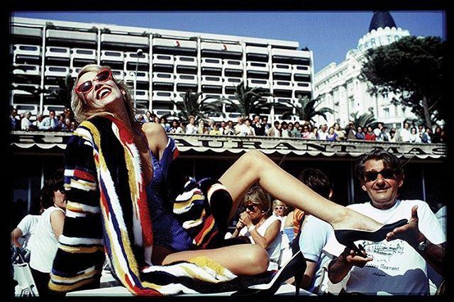 Джерри Холл и Хельмут Ньютон в Каннах 1983 год. Фотограф Дэвид Бейли. Читайте по активной ссылке в профиле зачто феминистки критиковали Каннский кинофестиваль #harpersbazaar  via HARPER'S BAZAAR RUSSIA MAGAZINE OFFICIAL INSTAGRAM - Fashion Campaigns  Haute Couture  Advertising  Editorial Photography  Magazine Cover Designs  Supermodels  Runway Models