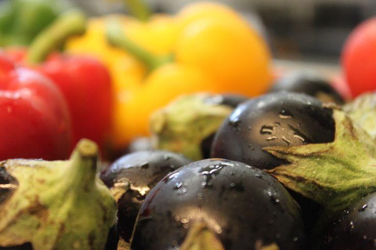 Le Restaurant Escapades sélectionne pour vous, chaque jour, les meilleurs produits ! Poivrons rouges, jaunes et aubergines, pour apporter une touche de couleur dans vos assiettes !   #restaurant #escapades #benodet #legumes #produitslocaux #colors