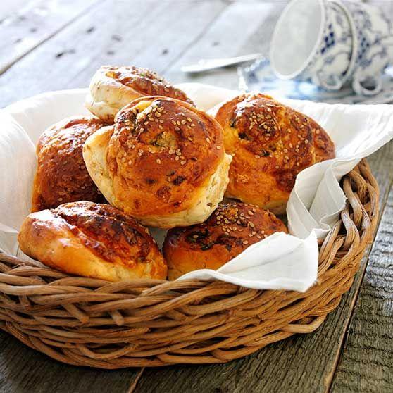 Rundstykker med ost og urter - http://www.dansukker.no/no/oppskrifter/rundstykker-med-ost-og-urter.aspx #oppskrift #brød