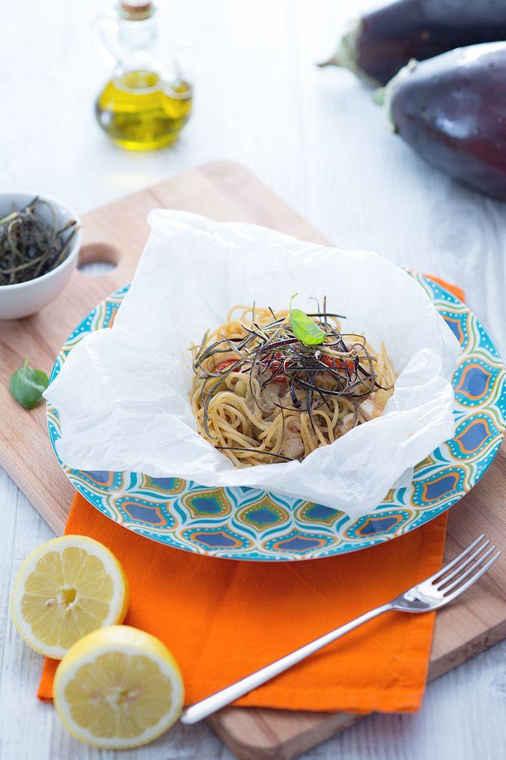 Gli #spaghetti #integralei #terra e #mare al #cartoccio sono un ricco e leggero primo piatto, decorato con #bucce di #melanzane fritte e condito con #pesce #spada fresco! Il cartoccio poi è quel tocco in più per stupire gli ospiti! #ricetta #GialloZafferano #italianfood #italianrecipe #italianpasta #NuoviVolti Federica