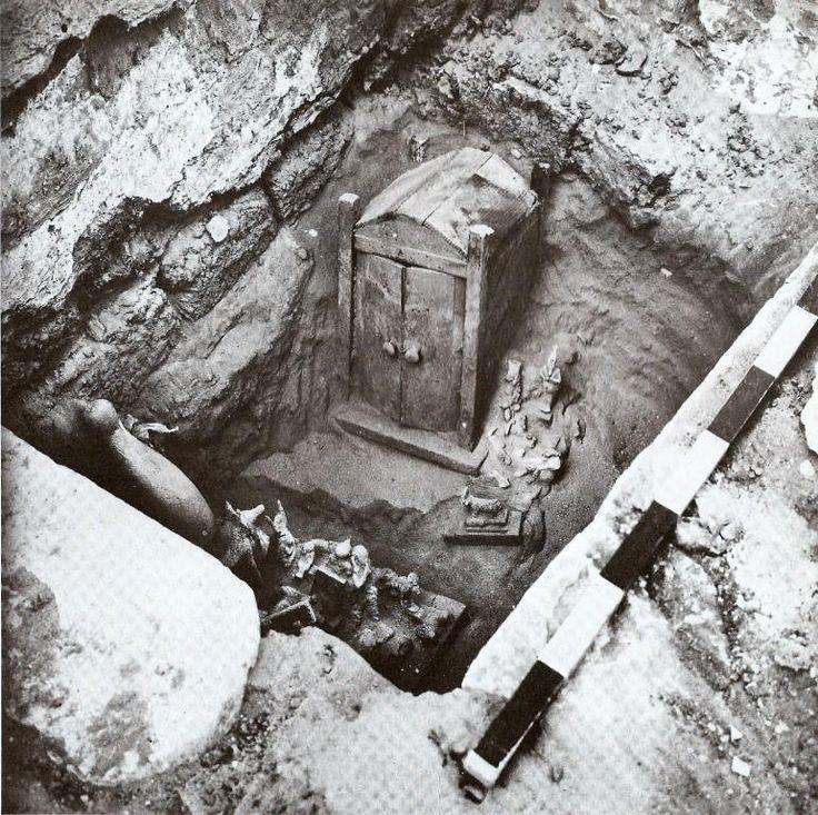 Eine Statuengrube auf dem Tierfriedhof von Sakkara, dem Zentrum des Kults und der Verehrung von heiligen Tieren in der Spätzeit des antiken Ägypten. Zu sehen sind ein hölzerner (?) Statuenschrein, eine Osiris-Bronzestatue, ein kupferner Apis-Stier auf einem Holzschlitten, eine Anubis-Statue und diverse andere Bronzen, die einst als Weihgabe an die Götter dienten.                                                    Epoche: 750 - 330 v. Chr. Ort: Sakkara, Ägypten.