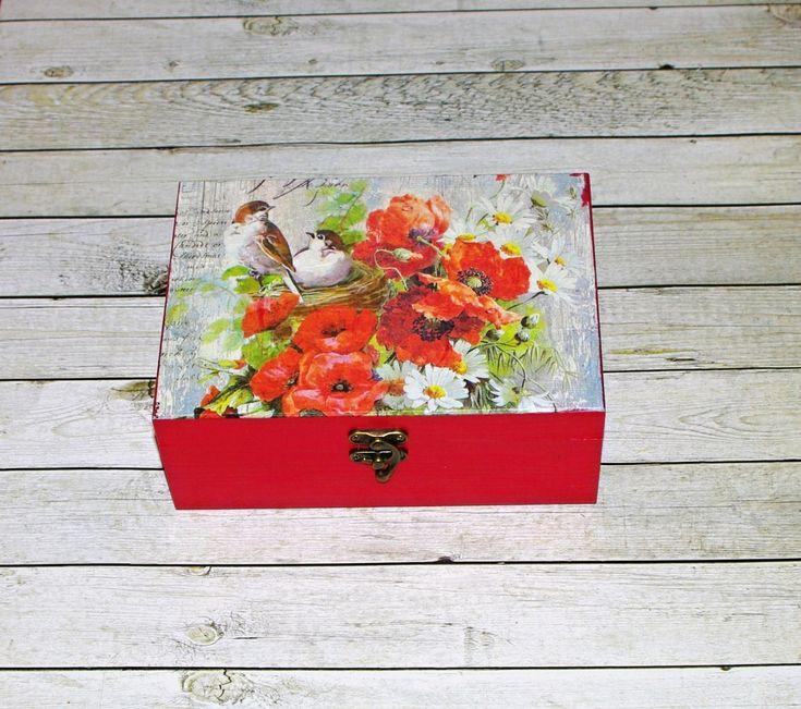 Romantická+s+máky+Dřevěná+krabička+o+rozměrech+cca+20,2+x14,2+cm+a+výšce+8+cm.+Krabička+je+natřena+akrylovými+barvami,+ozdobená+technikou+decoupage+(rýžový+papír)+a+zapínáním.+Následně+přetřena+lakem+s+atestem+na+hračky.+Uvnitřnechána+přírodní.