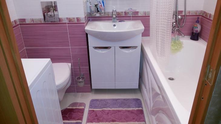 Ванная комната в фиолетовых тонах. Темная палитра фиолетового цвета для ванной комнаты не подходит из-за угнетающего воздействия на психику, раздражения, ощущение страха, тревоги. Сочетание цветов можно построить на контрасте. Настенную плитку в ванной рекомендуется положить комбинировано, чередуя светлые и темные тона.