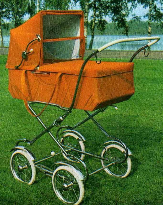 SVENSKTILLVERKADE BARNVAGNAR  EMMALJUNGA 143.  1970 lanserades den här modellen. Enkel och rak i linjerna. Bärhandtag på långsidorna. De små hjulen på bla denna vagn, gör det svårt att ta sig fram i snömodd eller på oplogade trottoarer!  Bärremmarna gör korgen framtung då man bär däri, denna är dock försedd även med bärhandtag! Lite tunt draghandtag.  Fanns både i vävplast och textil. Celluloidhandtag.