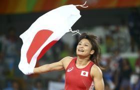 レスリング女子58キロ級決勝 金メダルを獲得し日の丸を手に喜ぶ伊調(ロイター)