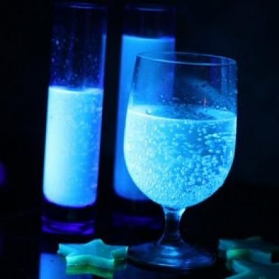 Glow in the dark drinks! HOW cool is that!