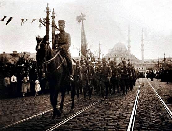 6 Ekim 1923 Galata köprüsü . İstanbulun kurtuluşu