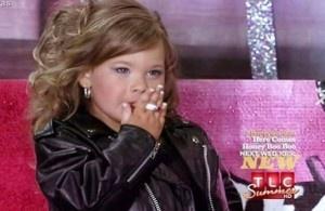 La nena participó de un programa de talentos y generó polémica. Tiene cinco años y fuma como un escuerzo.
