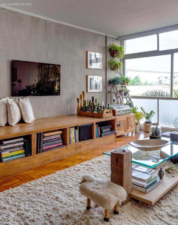 Sala de estar com parede de cimento queimado e banco de madeira de demolição.