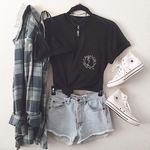 Look com short jeans , blusa preta, tênis branco e camisa xadrez