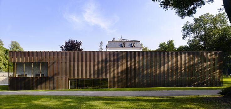 La storica Villa Vauban, nella citta di Lussemburgo, ospita la galleria d'arte municipale; è stata restaurata ed estesa secondo il progetto di Diane Heireind and Philippe Schmit Architectes, che hanno impiegato in facciata ampie lastre traslucide di ottone traforato. Menzione speciale 2011