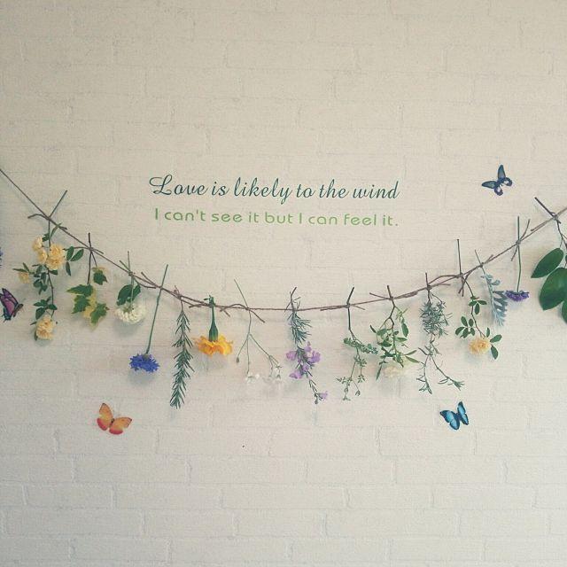 女性で、4LDKのしただけインテリア/しただけ/お花を紐で吊るしただけ/フラワーインテリア/グリーンのある暮らし…などについてのインテリア実例を紹介。「題名…花とハーブのガーランド  庭に咲いてる花やハーブを摘んできて麻糸に吊るしただけの手軽に作れるガーランドです。 窓から風が吹いてくると、そよそよと揺れたり、かすかな甘い香りが漂ってきます。 暗い洗面所が少しだけ華やかになりました。」(この写真は 2016-05-21 17:24:47 に共有されました)