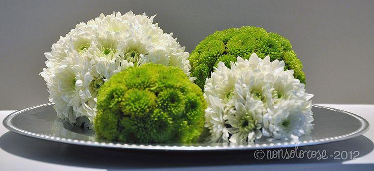 nonsolorose | Sfere di fiori bianchi e verdi