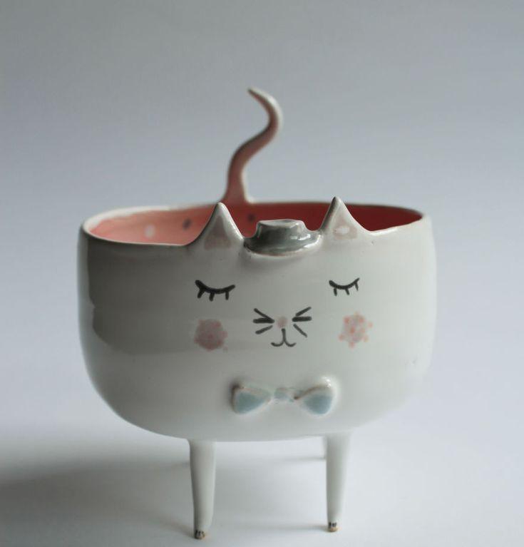 """Estes bichos de cerâmica são feitos pela artista polonesa Marta Turowska em seu estúdio, o Clay Ópera. Ela trabalha de forma totalmente artesanal, esculpindo as peças em uma roda de oleiro e, em seguida, desenhando as características dos animais manualmente. """"Eu sou apaixonada por argila, esmaltes e tintas"""", afirma. """"Cada peça saindo da minha oficina …"""