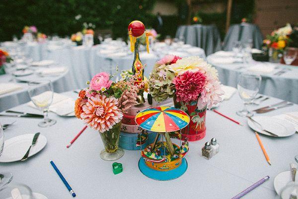 """Y lluniau yma wedi bod yn allweddol efo dylanwadu y table decor/ edrych am """"relics teulol""""/  Bydd rhif ar y byrddau (e.e. 1952), a """"stori"""" (heb ei enwi) a lluniau ar y bwrdd yn y display/ 1950s Technicolor Inspired Wedding"""