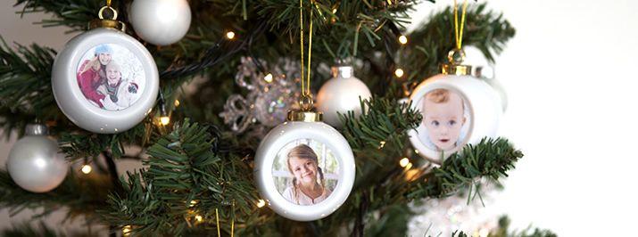 Kerstballen  Rood en groen of glitter en goud; delicaat of weelderig; conventioneel of excentriek; groots of bescheiden ... Kerstmis komt in allerlei kleuren, vormen en maten. Maar of de kerstboom nu in het midden of knusjes in een hoek van de kamer staat of desnoods ondersteboven van het plafond hangt, in de geest van Kerstmis staat hij altijd centraal.. Je hoeft deze gepersonaliseerde Kerstballen slechts een tijdloze afwerking te geven. #smartphoto