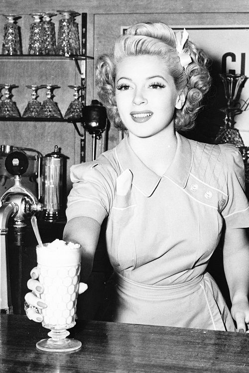 """Lana Turner en una foto publicitaria para la película """"Slightly Dangerous"""" (1943)."""