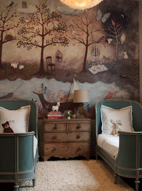 Dieses Schlafzimmer im Designerhaus von Alexa Pulitzer in New Orleans in Bayou St. John zeichnet sich durch ein Wandgemälde von Rebecca Rebouch