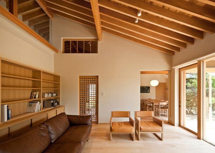勾配天井の架構がとても綺麗。天井と床、造作収納に木を多めにつかっている分、建具の枠をなくして壁をすっきり見せているところが好バランス。