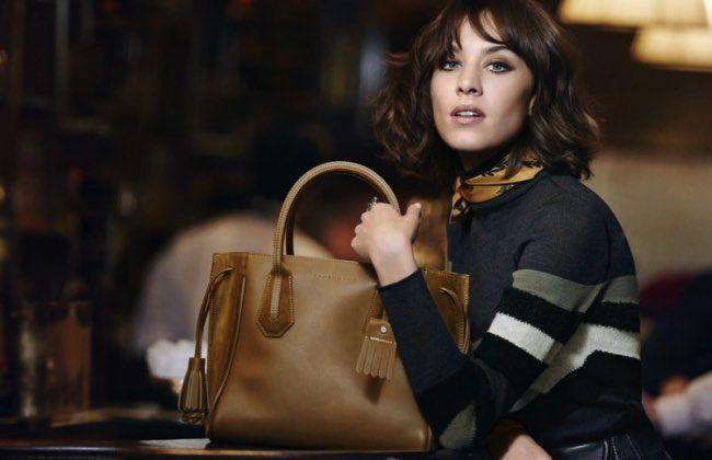 Longchamp renouvelle sa collaboration avec Alexa Chung choisissant de nouveau le…