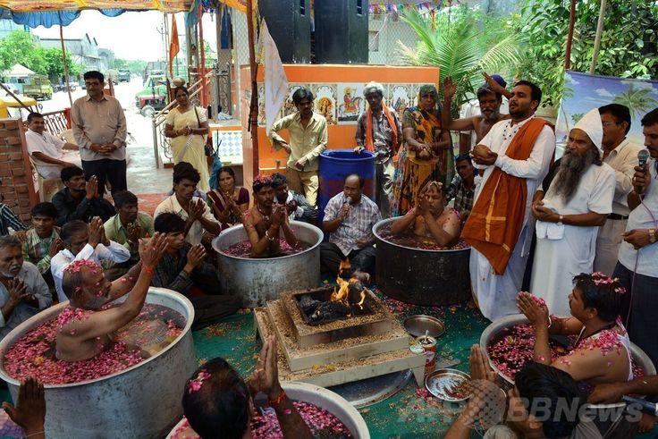 インド西部アーメダバード(Ahmedabad)郊外で執り行われた雨の神をなだめる儀式で、式を取り仕切るヒンズー教の司祭階級であるバラモンの人々(2014年7月1日撮影)。(c)AFP/Sam PANTHAKY ▼2Jul2014AFP|雨よ降れ!印アーメダバードで雨乞い http://www.afpbb.com/articles/-/3019458 #Ahmedabad #Brahmin