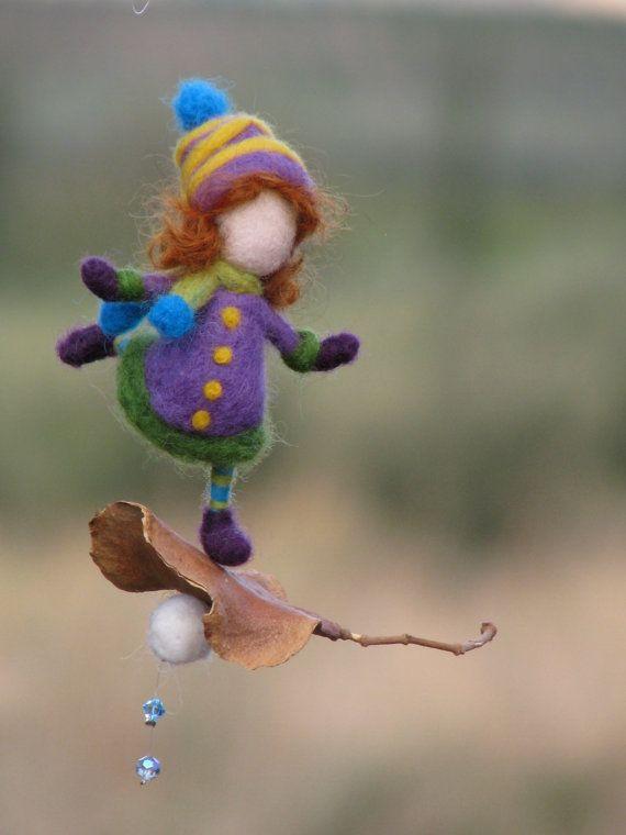 hecho por encargo    Me encanta combinar la lana con la naturaleza. Estas pequeñas hadas son unas de mis creaciones favoritas. Cada uno de ellos