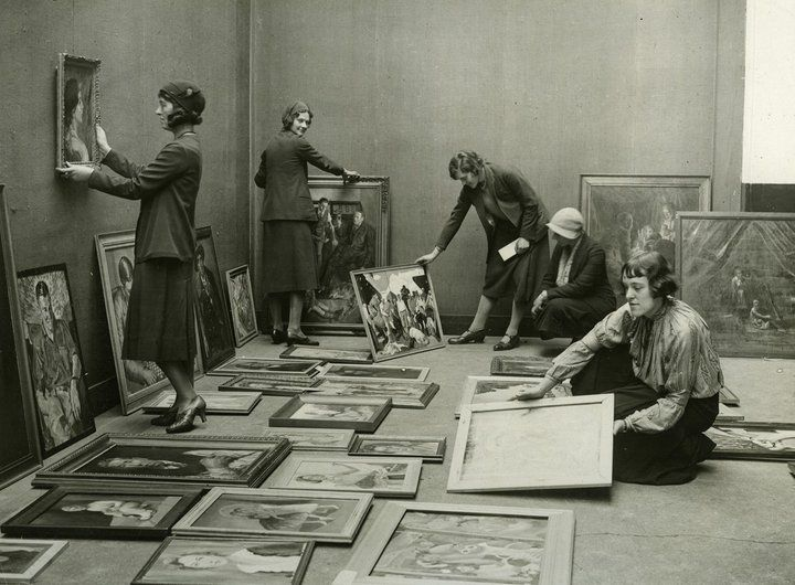 Installation at the Whitechapel Gallery, by the curators of the Association of Students Sketch Club, around 1931.