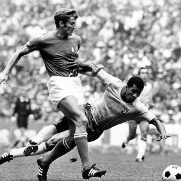 Il terzino italiano Giacinto Facchetti in un contrasto con il brasiliano Jairzinho nella finale dei Mondiali del 1970
