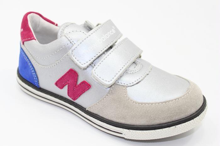 Laag klittenbandschoen van het merk New Balance, van Zilver leer met een Beige suede neus de hiel is van Paars suede €95,00