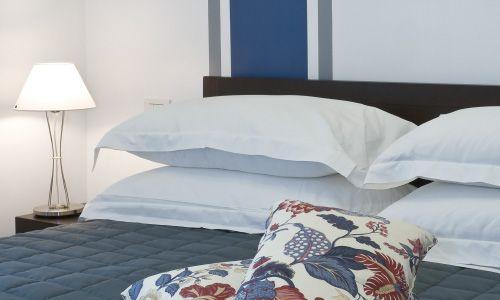 Camera da letto Appartamento Blu 50 mq, cambio biancheria da letto settimanale, cambio biancheria da bagno giornaliera. http://www.residenzatermini.it/appartamento-blu.php