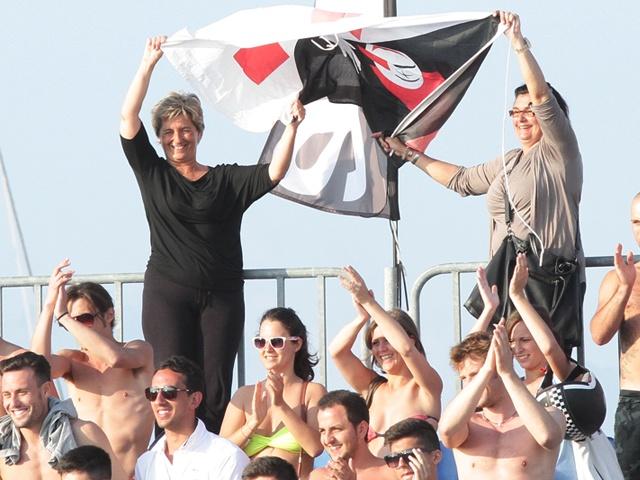 La bandiera del Burlamacco sventola sulle tribune del Beach Stadium di Viareggio
