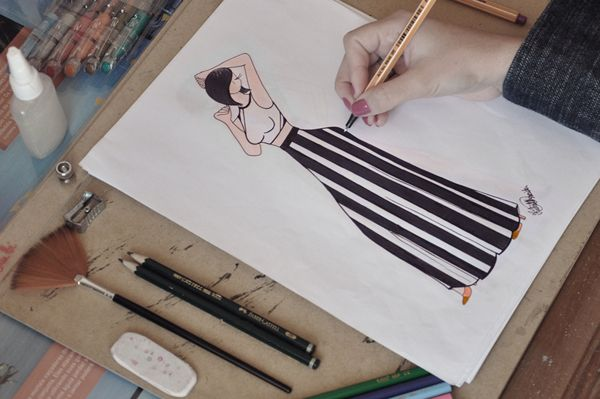 Top Cropped com manga cavada de poliéster com elastano, na cor branca com listras pretas nas laterais. Vestido longo em viscose com listras em preto e branco.