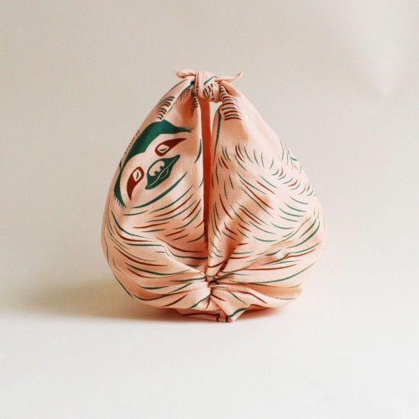 """""""Furoshiki"""" est une technique japonaise traditionnelle d'emballage en tissu née il y a 1300 ans et utilisée initialement pour envelopper les vêtements dans les bains publics. Depuis, cette technique a évolué ainsi que son utilisation. Elle sert aujourd'hui à transporter des vêtements mais également des cadeaux, des bentō et toutes sortes d'objets…  Cochae, studio de graphisme japonais a imaginé des tissus colorés et décorés d'animaux suspendus comme la chauve-souris, le paresseux ou le…"""