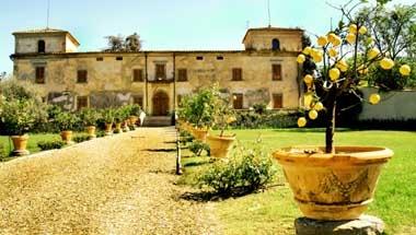 La Villa Medicea di Lilliano è situata sulle colline del Chianti a pochi chilometri dal centro di Firenze. La sua storia inizia nel XI secolo quando le prime testimonianze storiche parlano di una torre di avvistamento,  ma notizie più precise si hanno a partire dal XV secolo.: