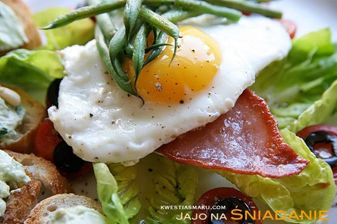 Fasolkę gotuję w osolonej wodzie, doprawiam pieprzem, polewam oliwą, układam na zrumienionym na oliwie bekonie i usmażonym na maśle jajku sadzonym.