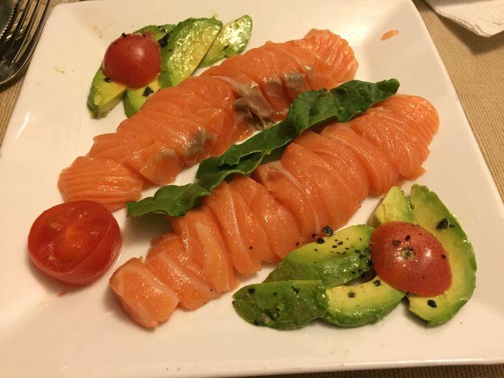 Salmon Crudo, Aguacate  Espinacas, Cherry,  Sal Negra y Salsa soja para el salmon crudo.