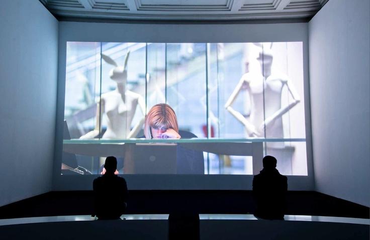 Tiyatro salonumuz kısa metrajlı film gösterimi için bu şekilde dönüştürüldü  Società Operaia'nın tiyatro salonu uzun süre çağdaş sanata hizmet verdi. İnanması güç ama Dirimart ekibi tiyatro salonumuzu kısa metrajlı film gösterimi için bu şekilde dönüştürdü. Hem de binaya tek çivi bile çakmadan.