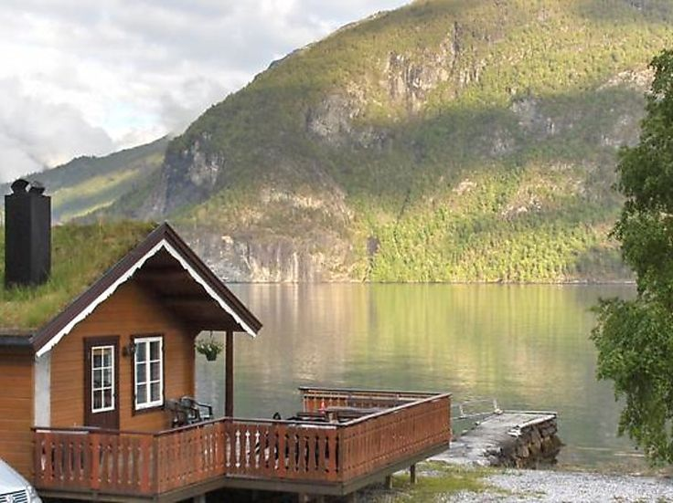 """Dit is toch een plaatje! Een schitterende vakantiewoning aan het meer gelegen in de omgeving Valldal in het westen van #Noorwegen. Gelegen in een schitterende omgeving en waar je heerlijk kunt rijden met de motor en de auto. Ten oosten vind je het  Dovrefjell Sunndalsfjella National Park. Het #vakantiehuis """"Linge"""" is geschikt voor 6 personen."""