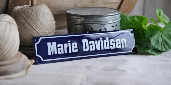 Namensschilder repräsentieren Sie im richtigen Licht. Ob Namensschilder an der Haustür oder sonstwo: Unsere Namensschilder sind schön und halten ein Leben lang!
