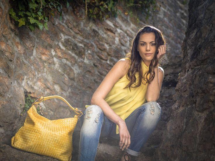 Jeans strappati, camicetta gialla smanicata, shopping bag trama intreccio - www.pinokkio.biz