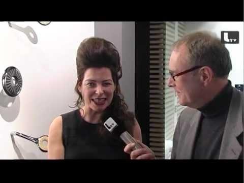 Nicole Rösler, Marketingleiterin von Kaldewei zeigt Lifestyle TV bei der internationalen Möbelmesse imm cologne 2012 die Neuheiten am Gemeinschaftsstand von Kaldewei und Grohe.