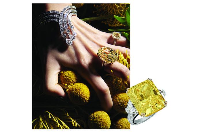 Du diamant canari, légèrement orangé ou jaune éclatant, en passant par des nuances douces taillées en poire limpide... Dopé d'une gold fever de saison, le traditionnel solitaire bascule en mode plein soleil.